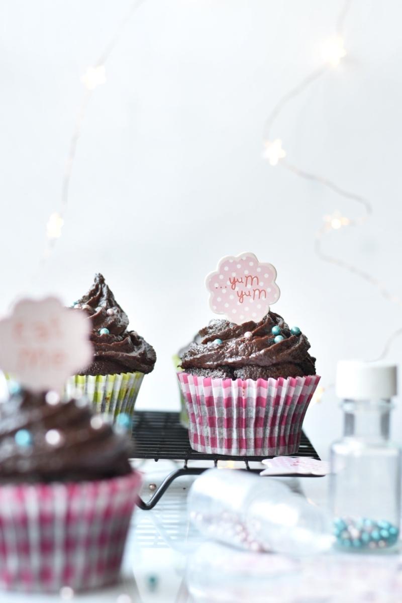 Cupcakes de chocolate y frosting de datiles